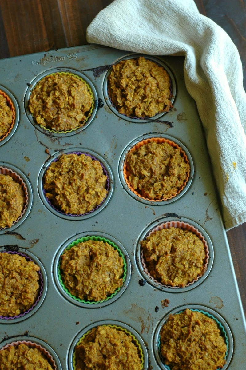 Pumpkin Spice Baked Oatmeal Cups :: Baked oatmeal to go! Pumpkin spice style and kid approved for a busy fall day!